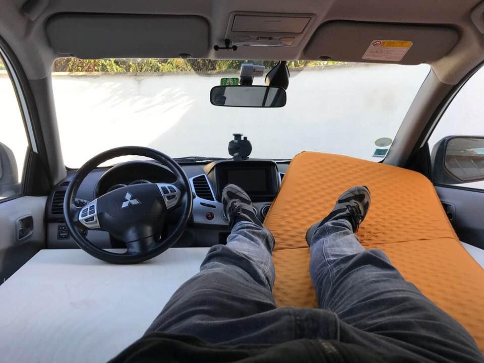 insolite il dort dans sa voiture u trail. Black Bedroom Furniture Sets. Home Design Ideas